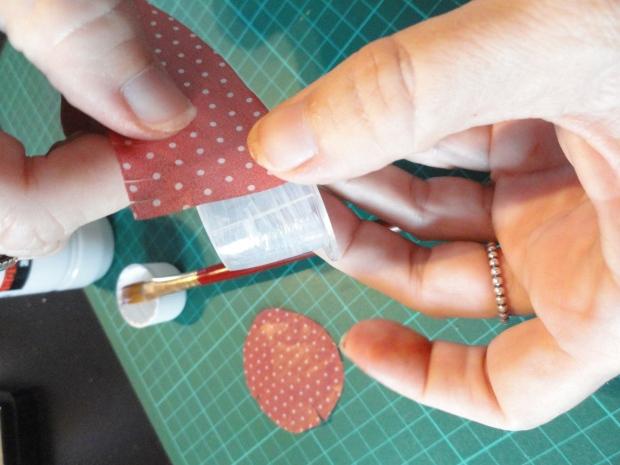 Aplicar la cola decoupage per tot el costat de la càpsula